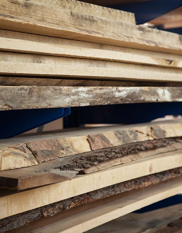 Holzbohlen mit Baumkante